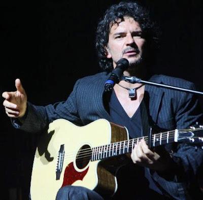Foto de Ricardo Arjona sentado cantando