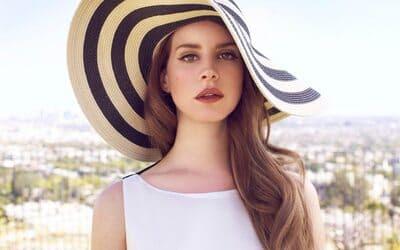 Lana Del Rey com chapéu listrado