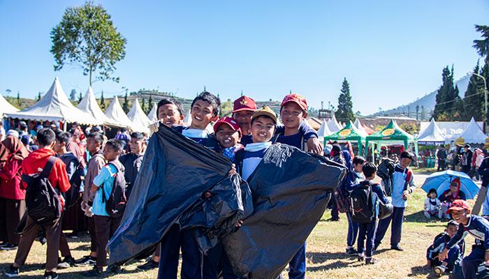 Anak-anak yang semangat melakukan Aksi Dieng Bersih