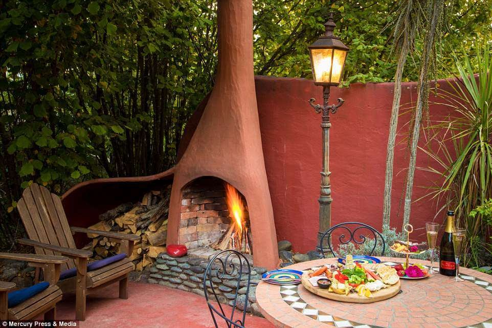 07-External-Fireplace-Jester-House-Cafe-The-Boot-Architecture-in-a-Tiny-House-www-designstack-co