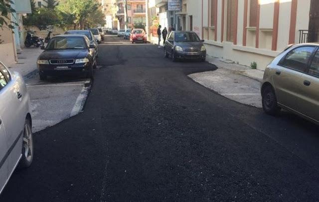 Έγινε και αυτό: Ασφαλτόστρωσαν δρόμο χωρίς να μετακινηθούν κάδοι & αυτοκίνητα