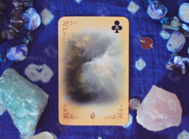 Saiba o significado da Carta 6 - As Nuvens no Baralho Cigano ou Lenormand e combinações no amor, dinheiro e trabalho, obstáculo e conselho.