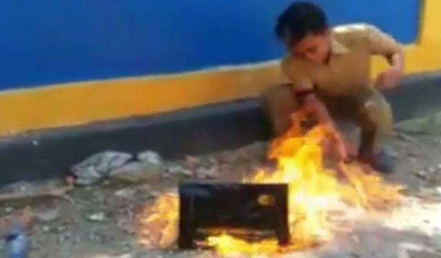 Viral !! Seorang Guru Honorer Membakar Ijazahnya Karena Tak Lolos Seleksi CPNS