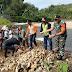 Babinsa Batang Kapas  Dampingi Petani Perbaiki Irigasi Rusak