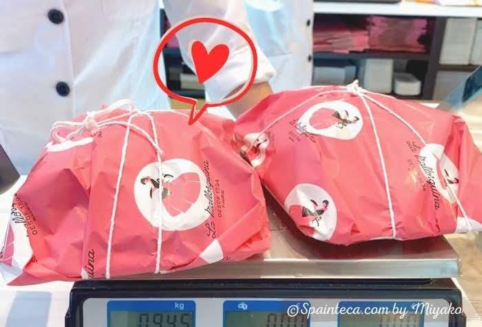 ピンクの包装紙に包まれた差し入れ用に購入したマドリードのラ・マヨルキナの菓子パン