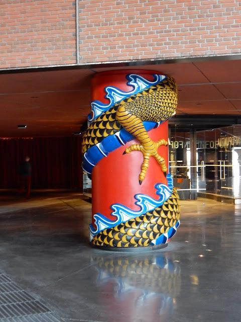 Columnas, La Alhóndiga, Starck, Bilbao, España, Elisa N, Blog de Viajes, Lifestyle, Travel