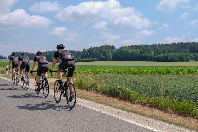 Ciclistas pedalando em rodovia