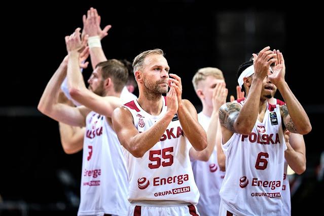 Jogadores da seleção polonesa de basquete masculino agradecem à torcida após vitória no Pré-Olímpico