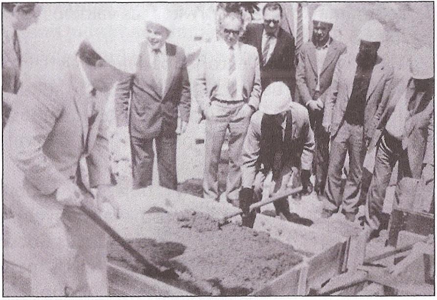 LKP CK sekretoriai A. M. Brazauskas ir L. Šepetys (su pirštinėmis) maišo skiedinį kertiniam akmeniui įmūryti naujiems CK politinio švietimo namams