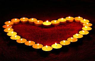 varias velas formando um coração