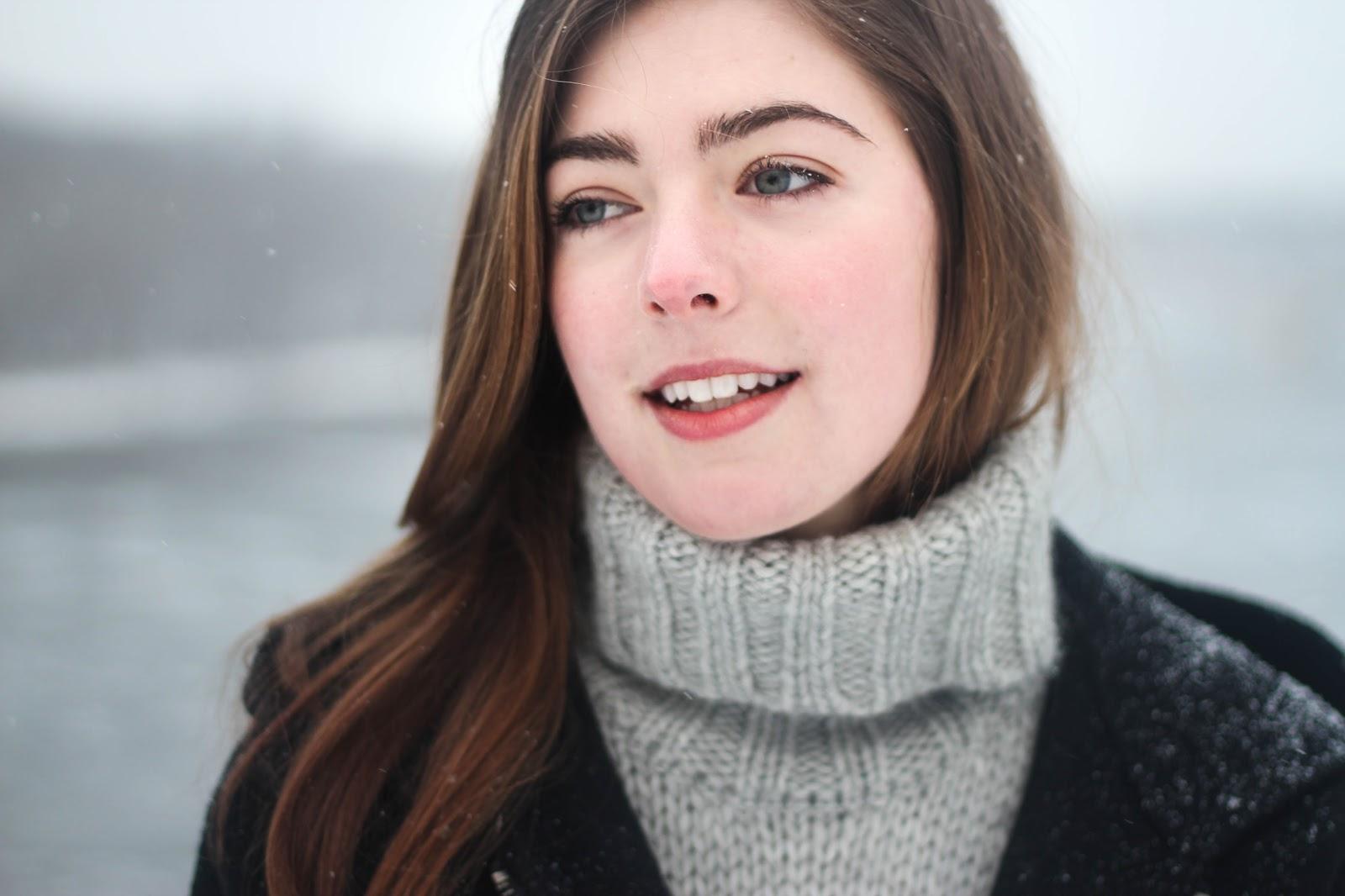 冬の女性の少しだけ右を向いた顔
