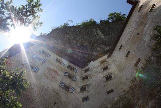 www.fertilmente.com.br - O Castelo de predjama teria 4 pavimentos e subsolo, tudo isso construído sobre rocha pura, uma rede de túneis também ajudaria o castelo a se manter abastecido durante cercos