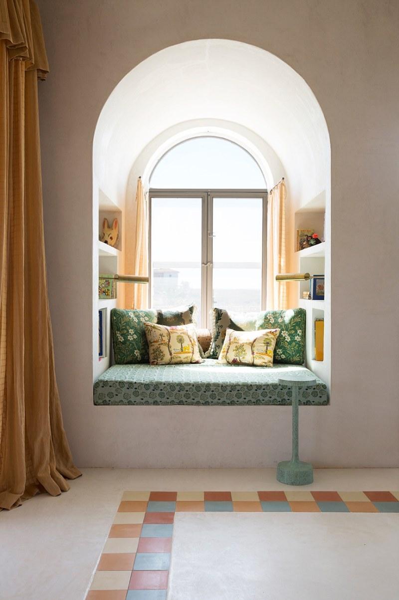 Salón con mirador de obra junto a la ventana (de arco de medio punto)