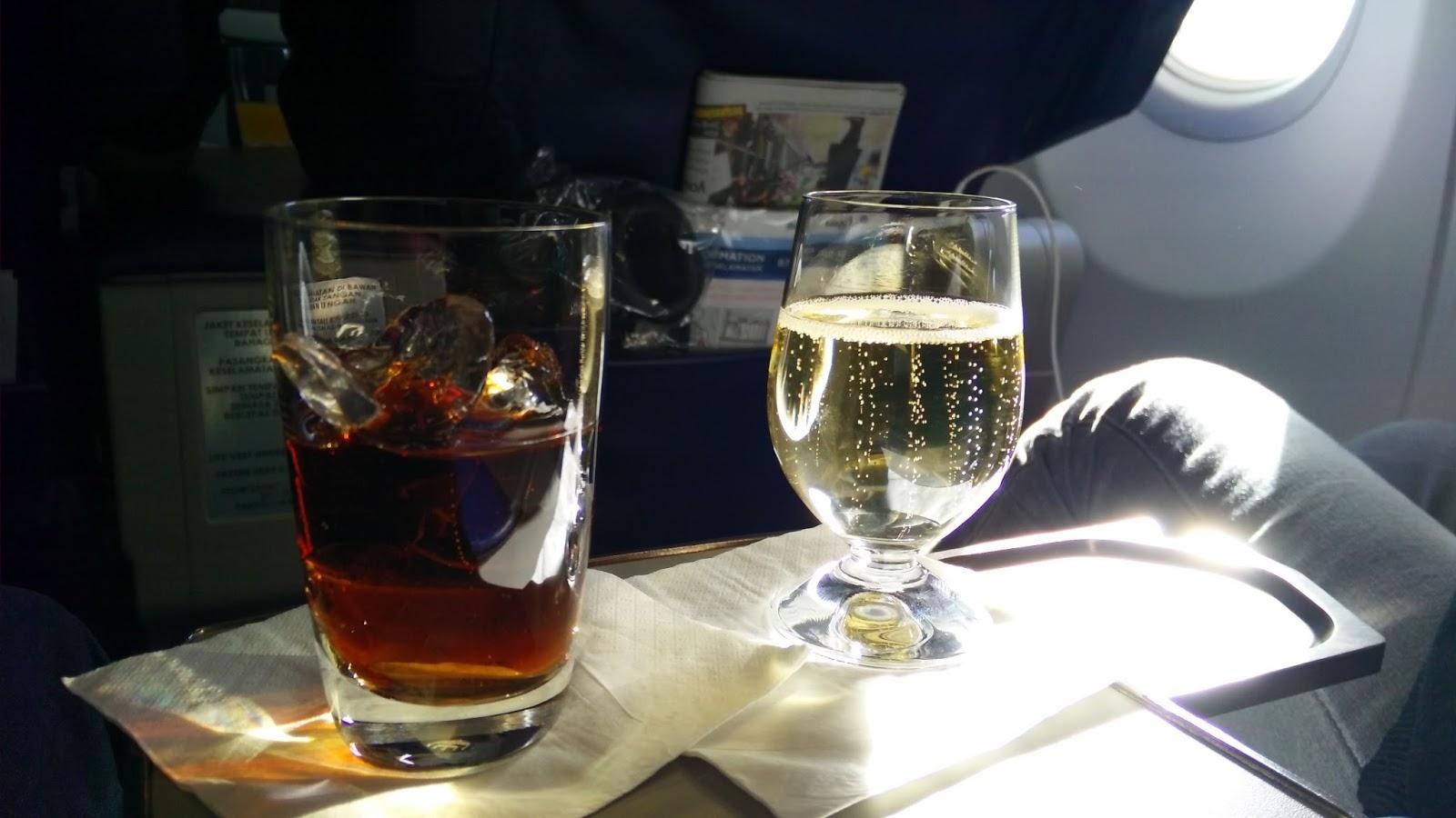 黑老闆說︱一上機空姐就遞上水酒,可能是怕招待不週,想先把我們灌醉,哈哈!