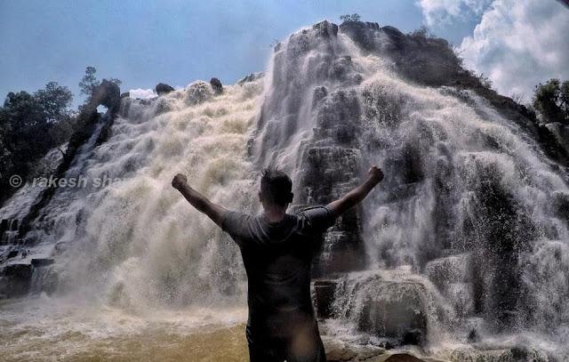 राकेश भाई तीरथगढ़ जलप्रपात के सामने
