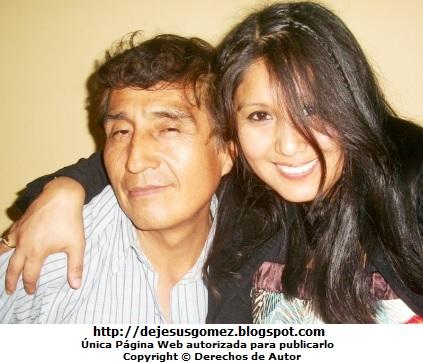 Foto por el Día del padre  (Foto de una mujer dando un abrazo a su padre). Foto de un padre de Jesus Gómez