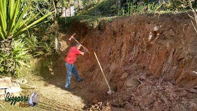 Bizzarri, da Bizzarri Pedras, ajudando a cavocar um barranco para a execução de um muro de pedra com pedras ornamentais tipo pedra moledo em sítio em Mairiporã-SP.