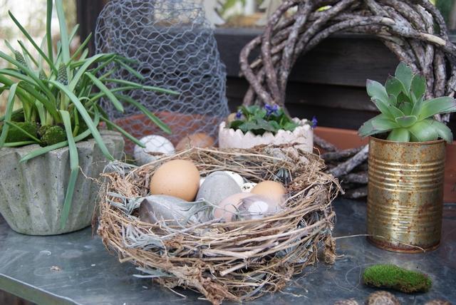 DIY Osternest aus Gartenabfällen wie Lavendel, Zaunrübe und Clematis