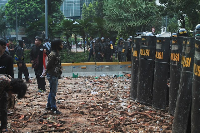 Foto: Tolak UU Omnibus Law, Demo di Istana Negara Ricuh