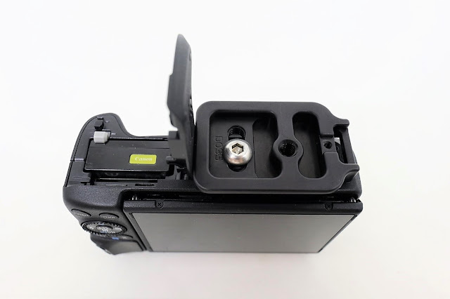 Hejnar D035 QR plate mounted on Canon EOS M3 - bottom battery door open