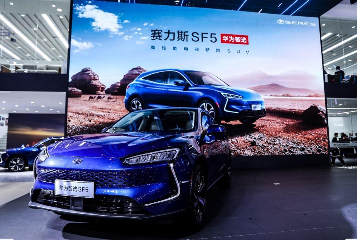 هواوي تبدأ ببيع سيارة SERES SF5 الجديدة في متاجرها الرئيسية في الصين