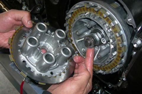 Bisakah Memakai Oli Mobil Untuk Motor ? Adakah Efek Sampingnya ?