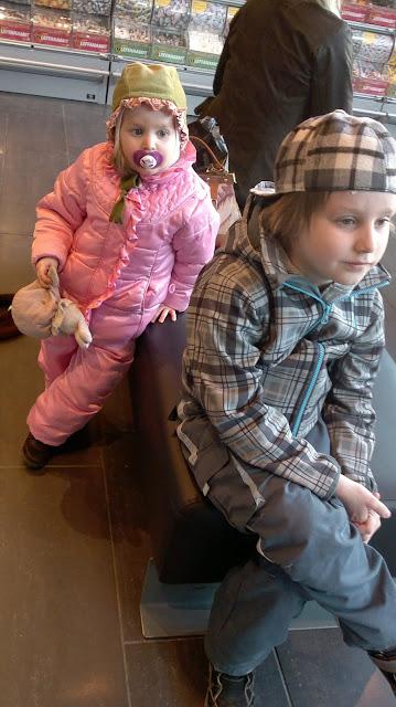 lapset kaupungilla karkkia
