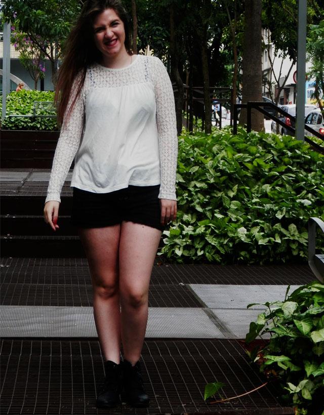 Look: Camisa rendada com coturno