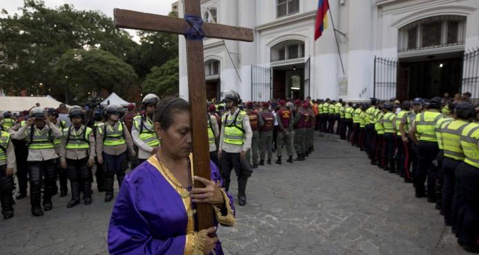 Protestas en Venezuela dejan ya cuatro muertos y generan pelea en misa