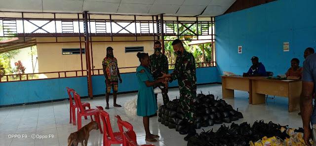 Personel Pamtas Yonif 125 Bantu  Membagikan Sembako Kepada Warga Distrik Elikobel