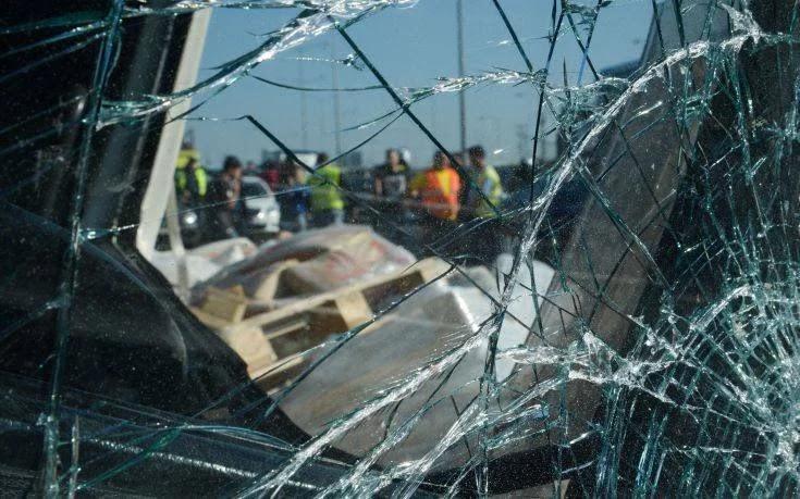 Καραμπόλα με έξι οχήματα στην εθνική οδό Θεσσαλονίκης – Μουδανιών – 3 τραυματίες