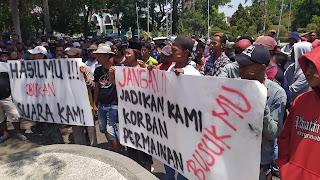 Warga Desa Karanganyar Kabupaten Cirebon Unjuk Rasa Terkait Pilwu