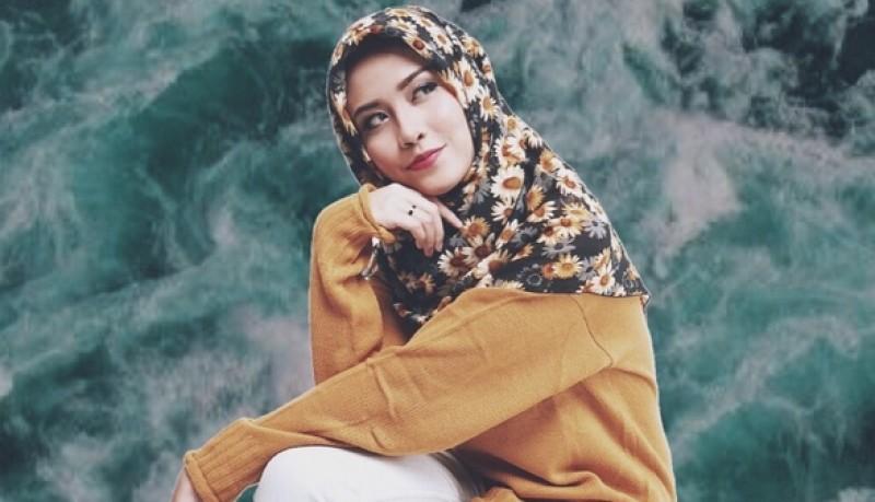 Karin Novilda bergaya dengan hijab