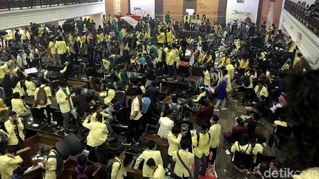 Mahasiswa Porak Porandakan Gedung DPRD Sumbar, Foto Jokowi Diturunkan dan Dilempari
