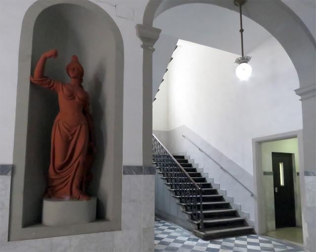 An elegant entrance hall in Via Marradi, Livorno
