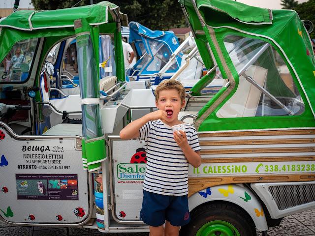 Niño comiendo un helado delante de un Ape