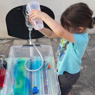 atelier activité montessori enfant jeu été dehors eau transvasement labo