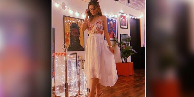 Pakistani Singer Aima Baig Pulls Off a Ravishing Look in Her Latest Instagram Post