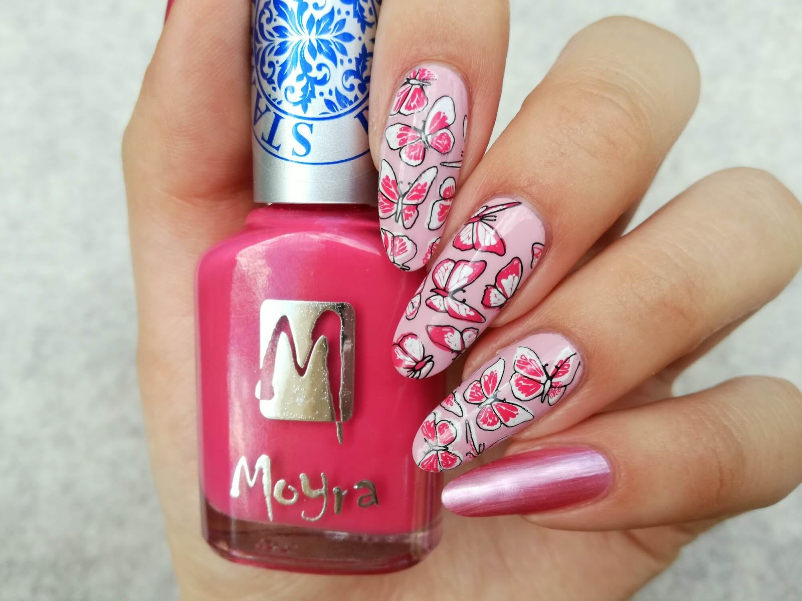 różowe motyle na paznokciach