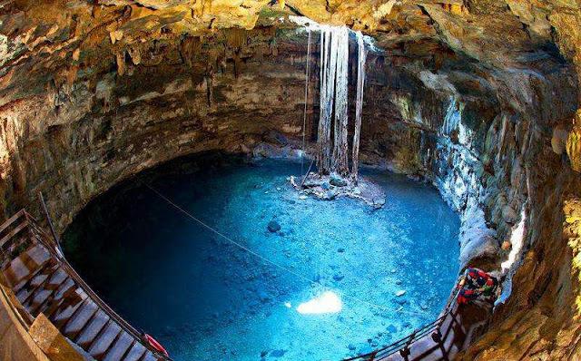Cenote de agua azul turquesa