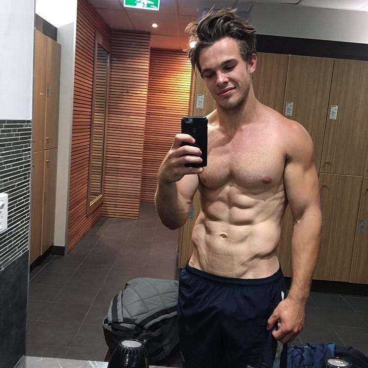 shirtless-fit-guys-vline-abs-locker-room-hunk-charlie-taylor-selfie
