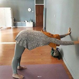 Posisi Down Dog on The Wall