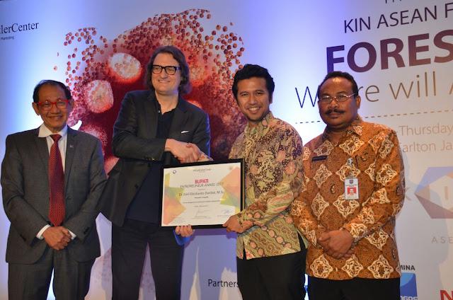Bupati Trenggalek Raih Penghargaan Pengentasan Kemiskinan Entrepreneur Award Dalam Forum KIN ASEAN ke-8 tahun 2017