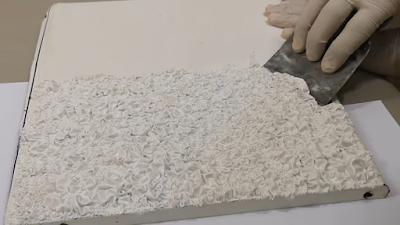 تقشير الدهان على السطح المعدني بعد إنفصاله بسكين معجون