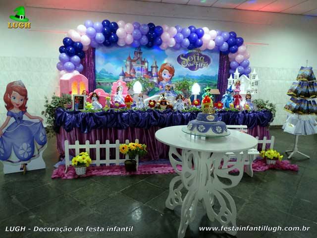 Mesa tradicional luxo forrada com toalhas de tecido em cetim - Decoração festa de aniversário Princesa Sofia