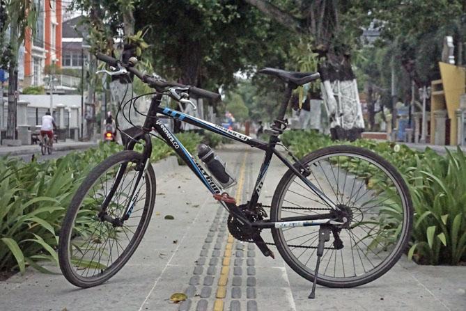 Bersepeda di jalur pedestrian Kotabaru