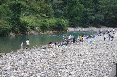 川から湧き出る温泉