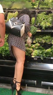 Descuido mujer vestido corto piernas sexys