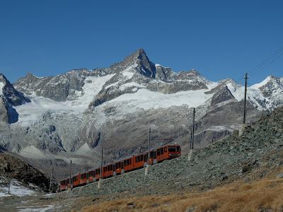 ゴルナーグラート列車と山々