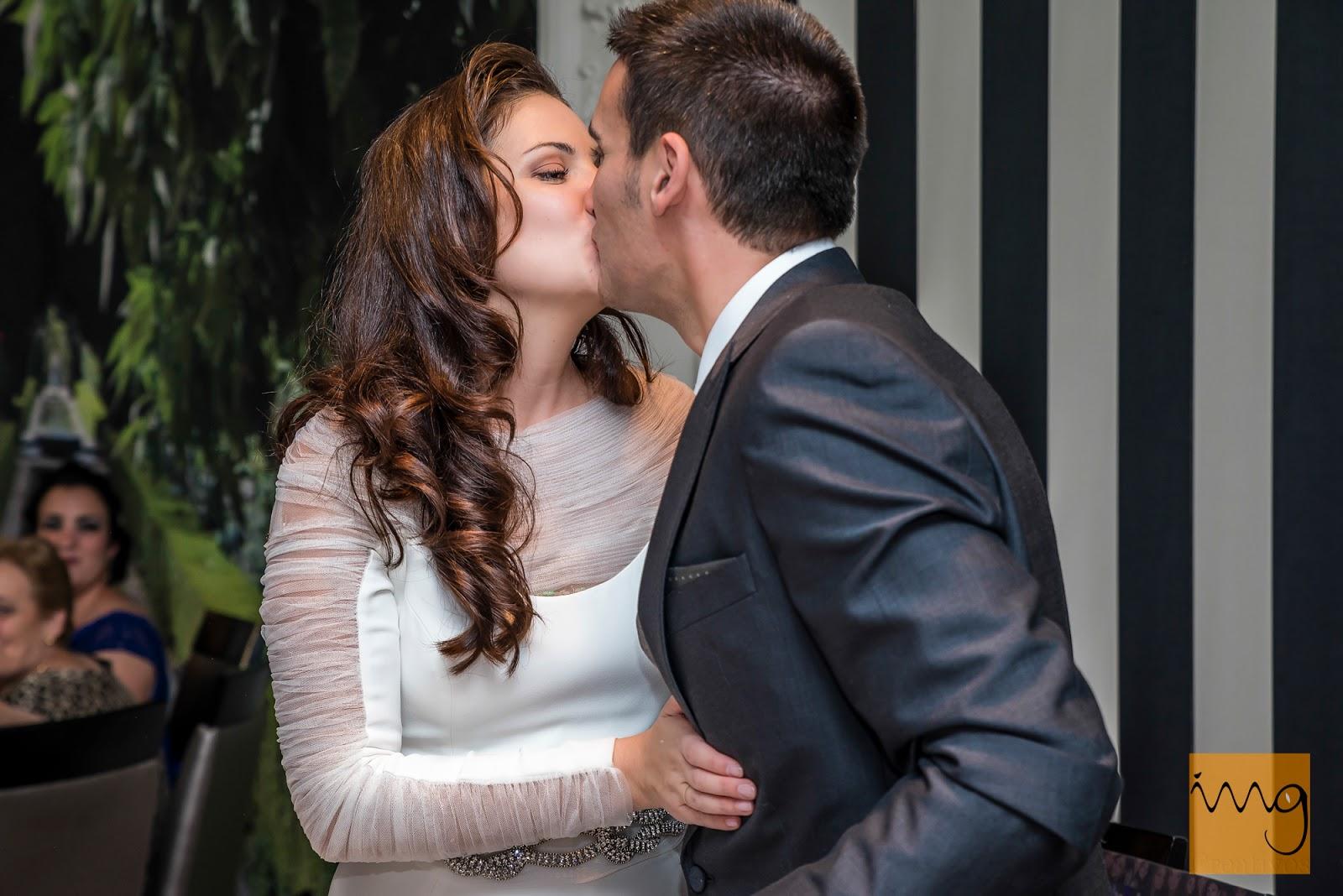 Fotografía de boda en Granada, un beso en el restaurante